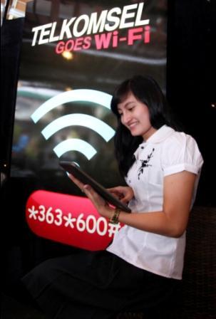 flashzone seorang pelanggan sedang mengakses layanan internet melalui ...